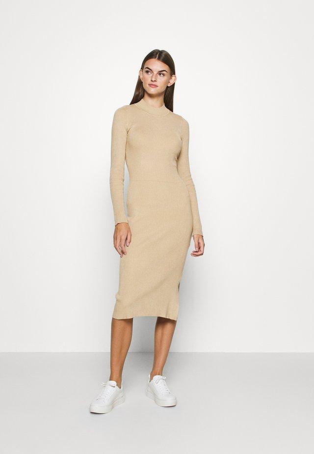 Sukienka dzianinowa - beige