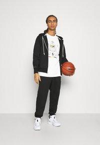 Nike Performance - NBA MOVE TO TEE - T-shirt med print - pure - 1