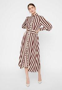 YAS - Shirt dress - rum raisin - 2