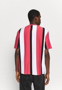Karl Kani - UNISEX SIGNATURE STRIPE TEE - Print T-shirt - red - 2