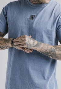 SIKSILK - STANDARD FIT TEE - Triko s potiskem - washed blue - 4