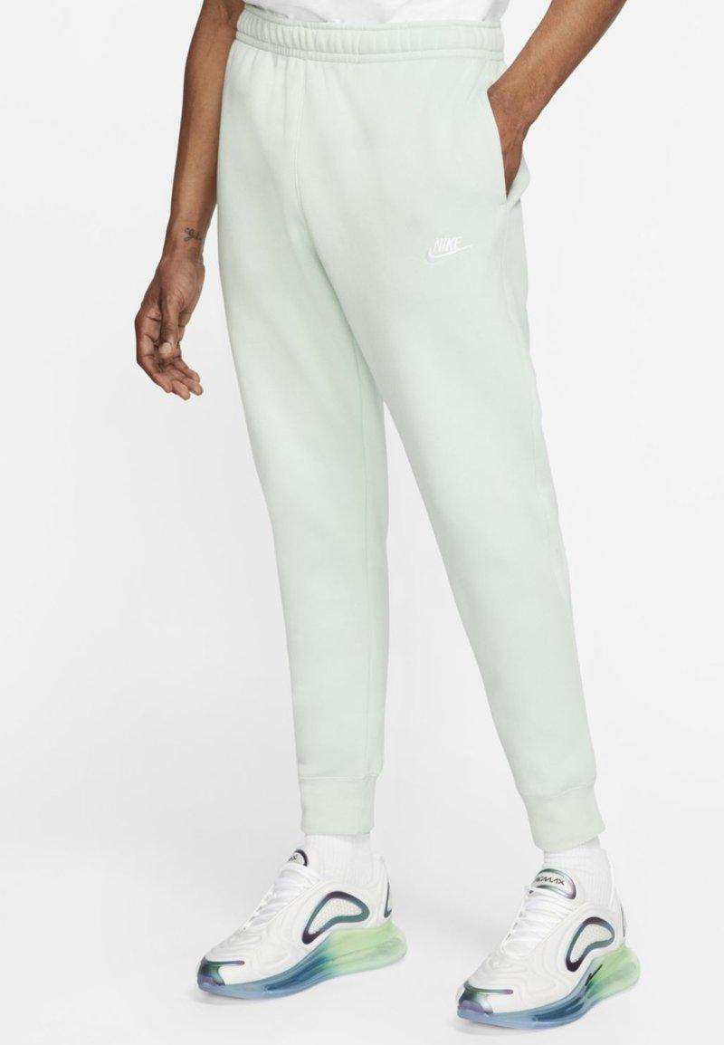 Nike Sportswear - CLUB - Tracksuit bottoms - pistachio frost/pistachio frost/white