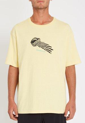 STONE FACE LSE SS - Print T-shirt - dawn_yellow