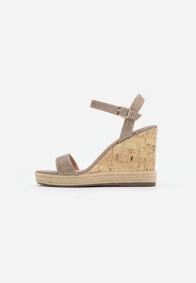 PERTH  - Sandały na obcasie - gold