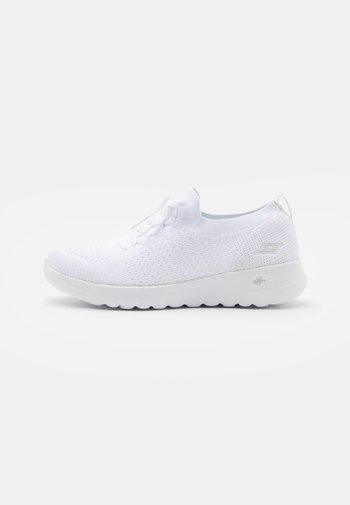GO WALK JOY - Zapatillas para caminar - white