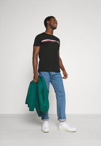Tommy Hilfiger - CORP SPLIT TEE - T-shirt con stampa - black - 1
