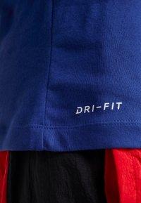 Nike Performance - NBA PHILADELPHIA 76ERS BEN SIMMONS NAME NUMBER TEE - Print T-shirt - rush blue - 6