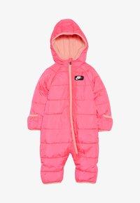Nike Sportswear - CIRE SNOWSUIT BABY - Lyžařská kombinéza - racer pink - 2