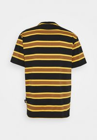 Kickers Classics - STRIPE SLEEVE TEE - T-shirt con stampa - black / brown - 1