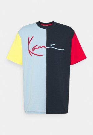 SIGNATURE BLOCK TEE UNISEX - Print T-shirt - navy