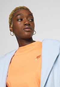 Nike Sportswear - T-shirts - orange trance - 3