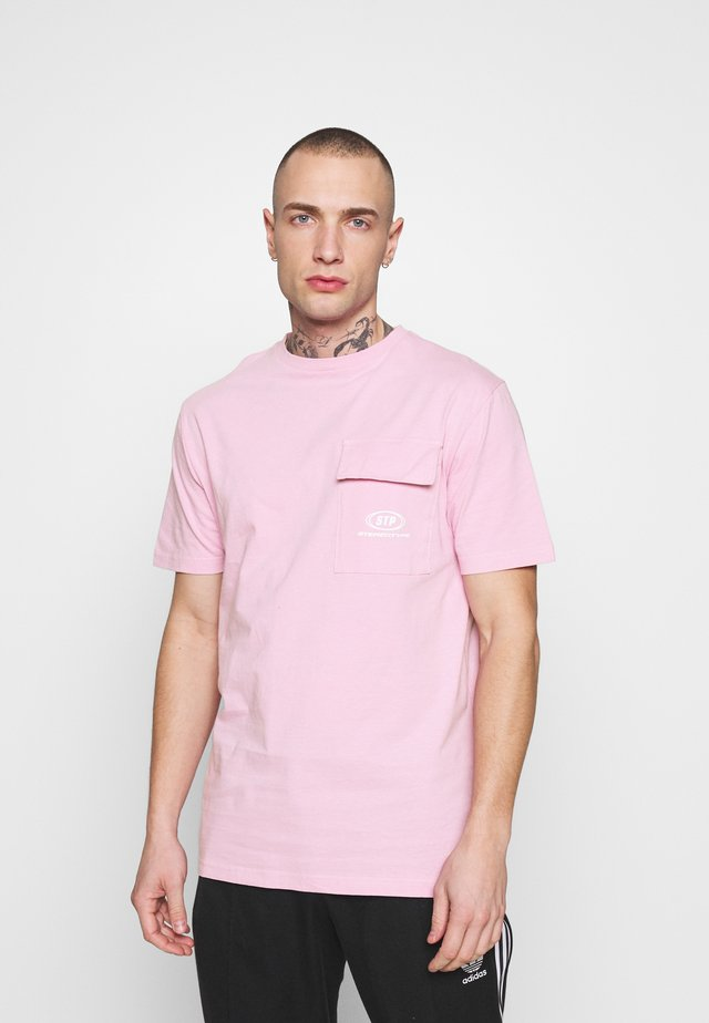 STEREOTYPE DYED T-SHIRT IN PINK ACID WASH - T-Shirt print - pink