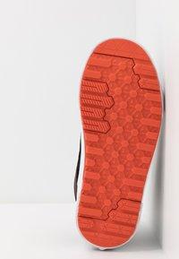 Vans - SK8 MTE 2.0 - Sneakersy wysokie - black/spicy orange - 4
