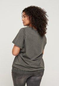 Zizzi - Print T-shirt - dark grey - 2