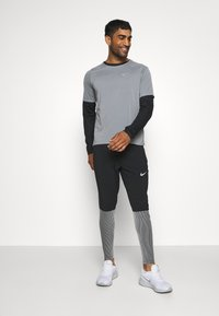 Nike Performance - PACER CREW  - Camiseta de deporte - black/particle grey/silver - 1