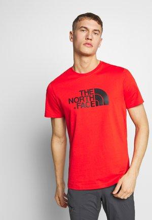 MEN'S EASY TEE - T-shirt print - fiery red/tnf black