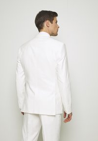Isaac Dewhirst - WHITE WEDDING SLIM FIT SUIT - Completo - white - 3