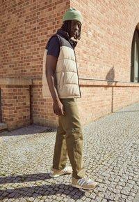 adidas Originals - ZX 700 HD UNISEX - Sneakers laag - beige - 0