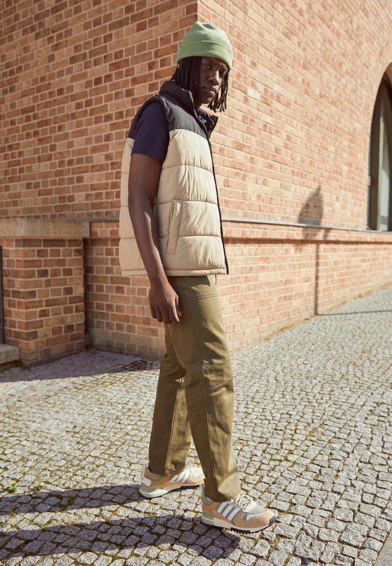 adidas Originals - ZX 700 HD UNISEX - Sneakers laag - beige