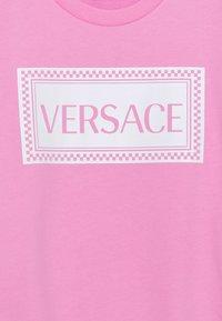 Versace - PRINT LOGO SHOW FULL UNISEX - Mikina - pink/white - 2