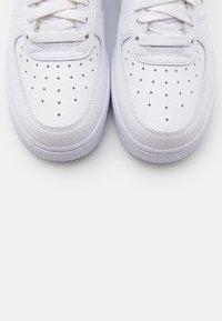 Nike Sportswear - AIR FORCE 1 - Joggesko - white/volt/laser blue/black - 5