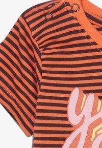Smitten Organic - TEE BABY ZGREEN - Print T-shirt - living coral - 3