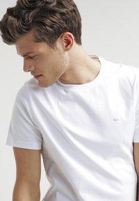 Michael Kors - Basic T-shirt - white - 3