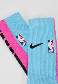 Nike Performance - NBA MIAMI HEAT CITY EDITION CREW SOCK - Skarpety sportowe - blue gale/laser fuchsia/black - 2