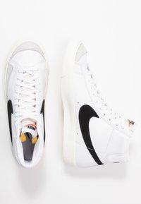 Nike Sportswear - BLAZER MID '77 - Sneakersy wysokie - white/black/sail blanc - 6