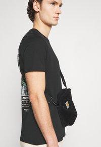 YOURTURN - T-shirt med print - black - 4