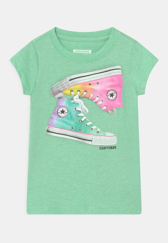 OMBRE CHUCKS - Print T-shirt - green glow