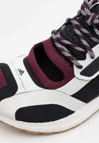adidas by Stella McCartney - ASMC ULTRABOOST - Obuwie do biegania treningowe - core black/maroon - 5