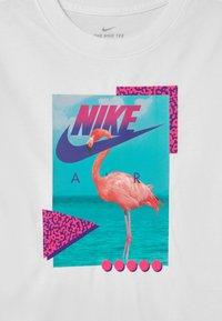 Nike Sportswear - BEACH FLAMINGO PHOTO  - Camiseta estampada - white - 2