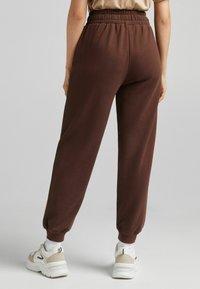 Bershka - MIT PRINT - Pantaloni sportivi - brown - 2