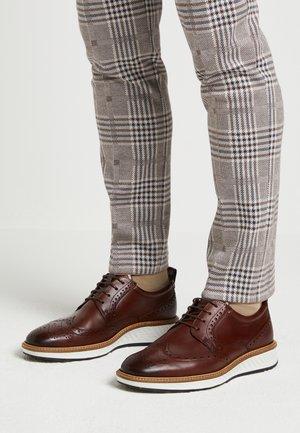 ST.1 HYBRID - Sznurowane obuwie sportowe - cognac