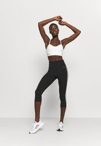 adidas Performance - KARLIE KLOSS LIGHT BRA - Sujetadores deportivos con sujeción media - off white - 1