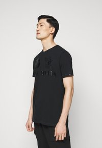 True Religion - CREW ALLOVER LOGO  - Camiseta estampada - black