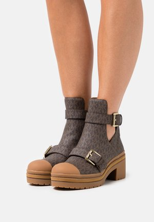 COREY BOOT - Platform ankle boots - brown