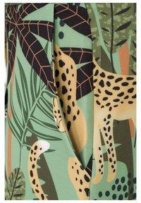 Auden Cavill - Shorts - grã¼n - 6