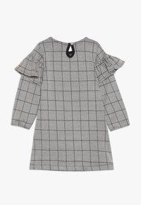Turtledove - CHECK FRILL SLEEVE - Vestido ligero - grey/black - 1