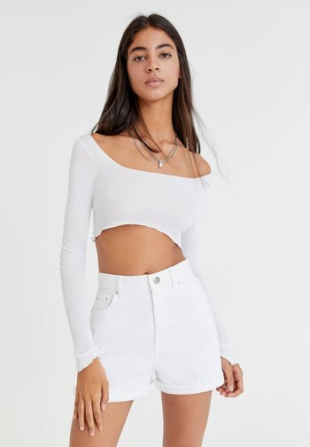 MIT UMGESCHLAGENEM SAUM - Denim shorts - white