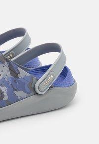 Crocs - LITERIDE PRINTED UNISEX - Klapki - lapis/multicolor - 5