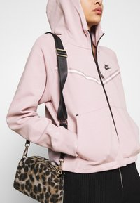 Nike Sportswear - Chaqueta de punto - champagne/black - 4