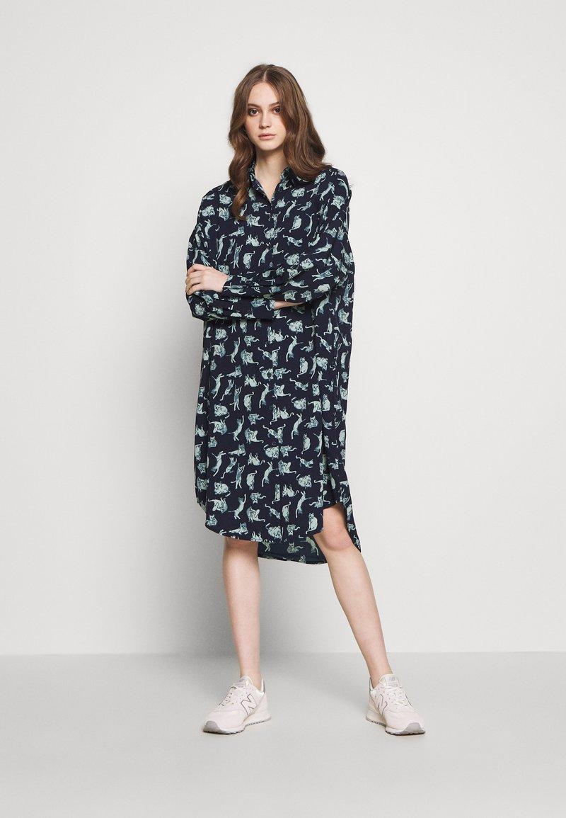 Monki - TOMI DRESS - Košilové šaty - blue