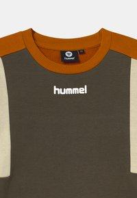 Hummel - SANDER UNISEX - Collegepaita - black olive - 2