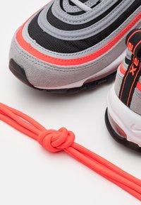 Nike Sportswear - AIR MAX 97 UNISEX - Zapatillas - wolf grey/radiant red/black/white - 5