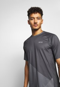 Gore Wear - C5 TRAIL TRIKOT KURZARM - T-Shirt print - dark graphite grey - 3