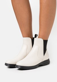 Cole Haan - ORIGINALGRAND CHELSEA BOOTIE - Classic ankle boots - ivory/black - 0