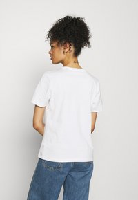 Tommy Hilfiger - REGULAR FLAG TEE - T-shirt basique - white - 2