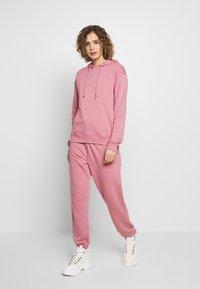 Missguided - OVERSIZED JOGGER - Pantalon de survêtement - pink - 1